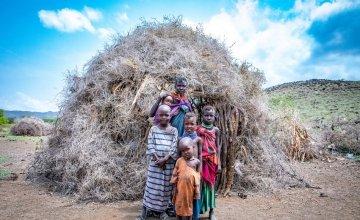 Atiir Kataboi with five of her seven children, Amoni, Ekalale, Arot, Imzee and Ebei, outside their home in Turkana, northern Kenya. Photo: Gavin Douglas / Concern Worldwide.