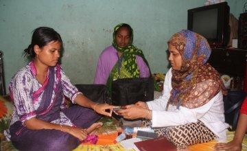 Ratna Begum is receiving regular ANC check up by Community health worker Shahida and Ranu at Badda Tinshed Slum, Shadhinota Soroni, Badda, Gulsan, Dhaka. Photo: Munia Hoque / Concern Worldwide.