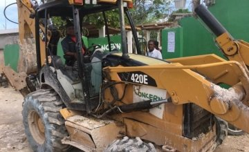 A digger used to re-open roads in La Gonave, Haiti. Credit: Kristin Myers/Concern Worldwide.