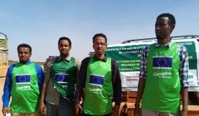 Somaliland emergency response team, supported by the EU, conducting food distribution. Photo: Concern Worldwide.