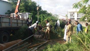 Eng madey and his team inserting pipelines in the borehole. Banadir Hospital, Mogadishu. Photo: Feysal Mohaumd/ Concern Worldwide.