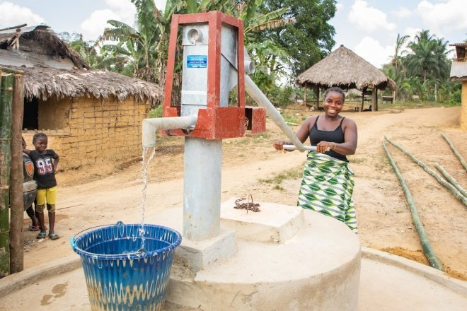 Sadah Smith using the new Town Town well. Concern installed this well recently and it's already having a positive impact on the town. Photo: Gavin Douglas/Concern Worldwide.