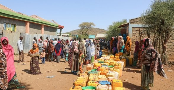 Hundreds of people waiting for a weekly water truck to arrive in Kersa Dula, Somali Region, Ethiopia. Photo: Jennifer Nolan / Concern Worldwide.