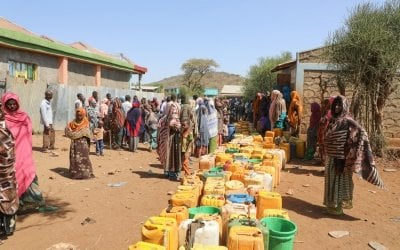 Hundreds of people waiting for a weekly water truck to arrive in Kersa Dula, Somali Region, Ethiopia. The people here get an average of 20 liters of water per person for one week, very far below the UN standards. Photo: Jennifer Nolan/ Concern Worldwide.