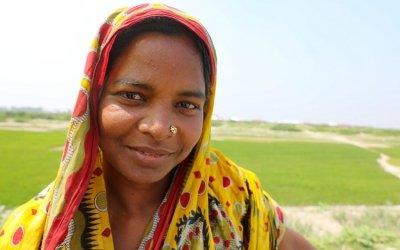 Rina Begum (32) outside Fuljhar primary school, Bangladesh. Photo: Jennifer Nolan / Concern Worldwide.