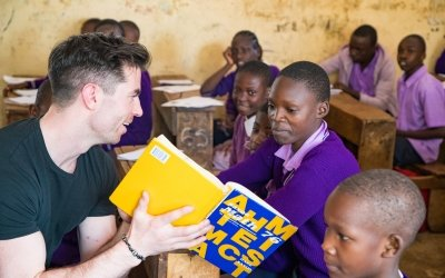 Dublin GAA Player, Michael Darragh Macauley working with students during a lesson in M.M Chandaria school in Nairobi, Kenya.  Picture: Steve De Neef / Concern Worldwide.