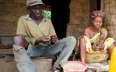 Abdulai Kargbo working with his wife Jane Turay. Photo: Concern Worldwide.