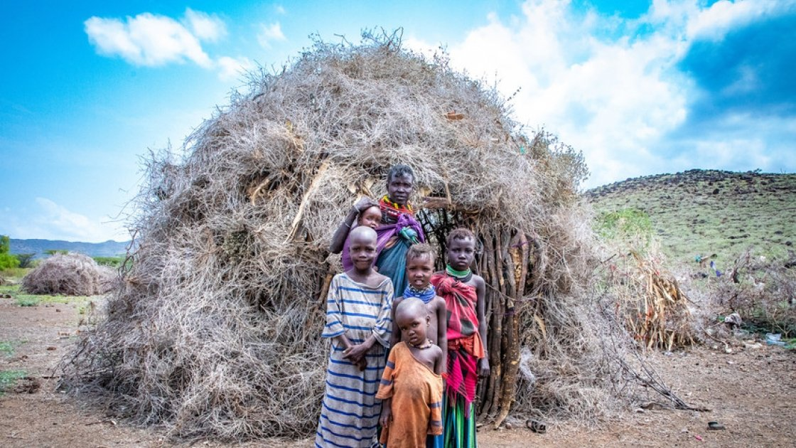 Atiir Kataboi with five of her seven children, Amoni, Ekalale, Arot, Imzee and Ebei, outside their home in Turkana, northern Kenya. Photo: Gavin Douglas / Concern Worldwide.