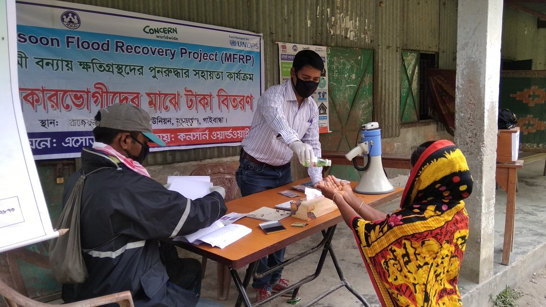Bangladesh staff are implementing Covid-19 Preventative measures in at all distributions including maintaining social distancing, wearing protective equipment and installing hand washing stations. Photo: Firoz Mahmud / Concern Worldwide.