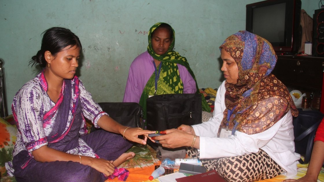 Ratna Begum is receiving regular ANC check up by Community health worker Shahida and Ranu at Badda Tinshed Slum, Shadhinota Soroni, Badda, Gulsan, Dhaka. Photo: Munia Hoque / Concern Worldwide.
