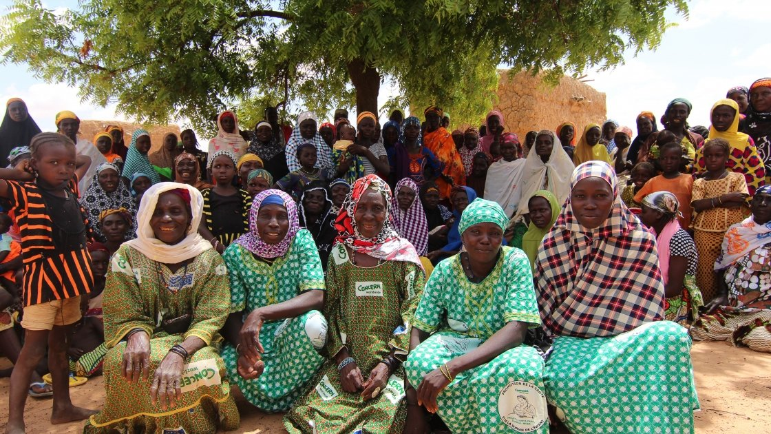 Mama Lumiere community group in Tahoua, Niger reaches tens of thousands of people with messages on breastfeeding, diarrhoeal treatment, hand washing, water treatment, and basic sanitation. Tahoua, Niger. Photo: Jennifer Nolan/Concern Worldwide.