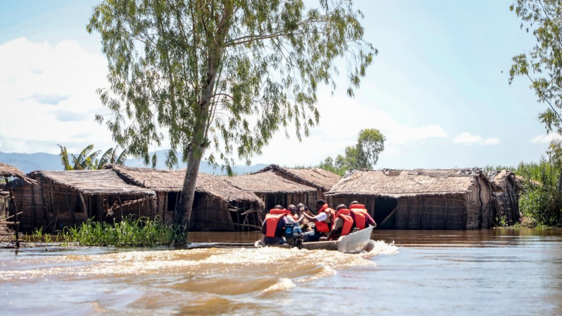 Concern staff with help from the Malawi Defence Forces assess the damage to communities along the river Shire. This one has been completely submerged. A few local men have come back by canoe to assess the damage for themselves. Photo: Gavin Douglas/ Concern Worldwide