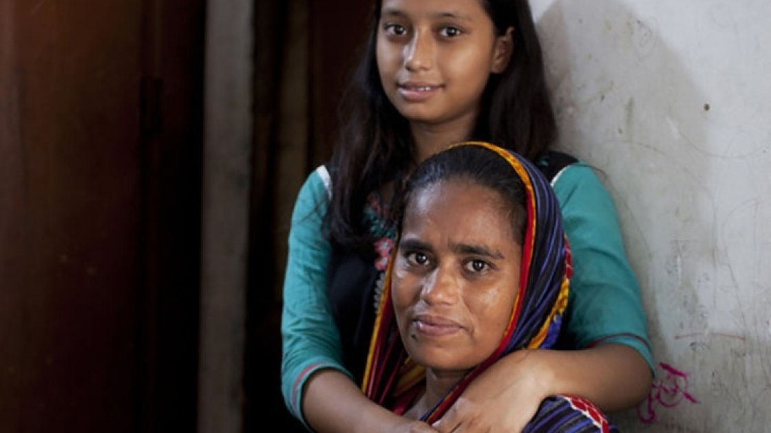 Nazma Begum and her 16-year-old daughter Suraiya at their home in Paltan, Dhaka. Photo: Abbie Trayler-Smith / Concern Worldwide