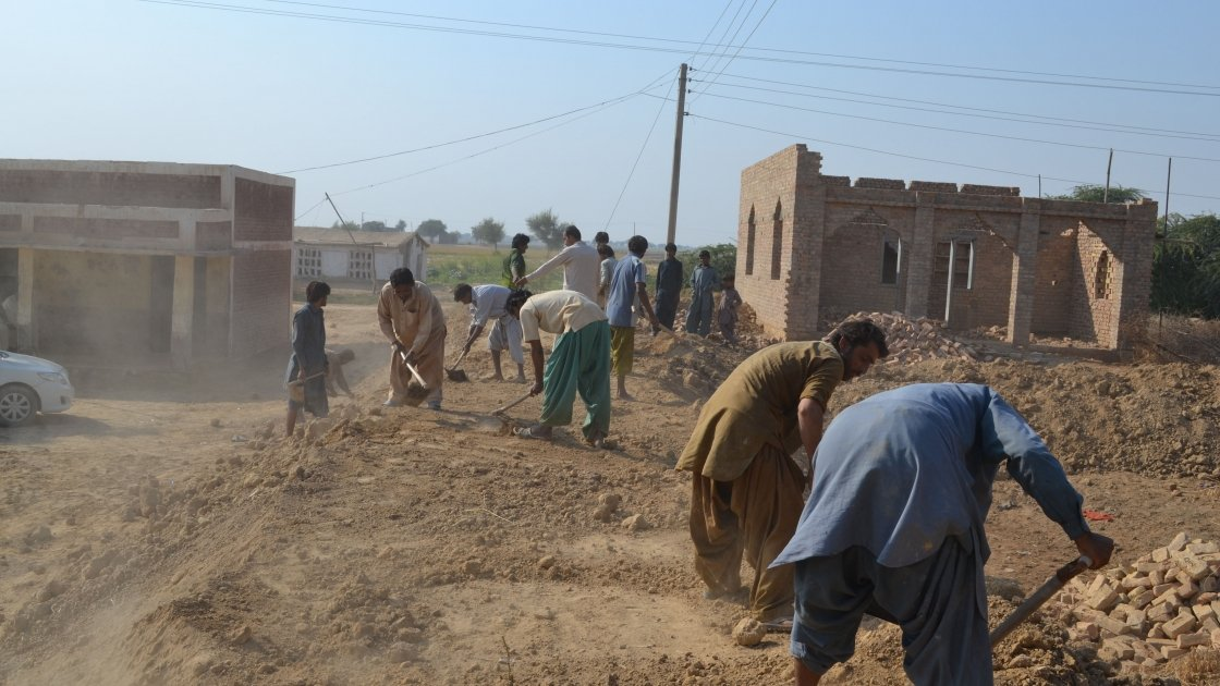 Community members working on building an embankment. Photo: Qurban Ali/ Concernworldwide.