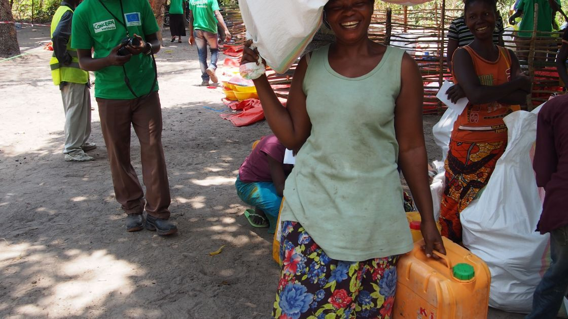 Beneficiary receives essential items distributed by the Concern team in Manono territory. Photograph taken in October 2015 by Joanne Cagin/Concern Worldwide.