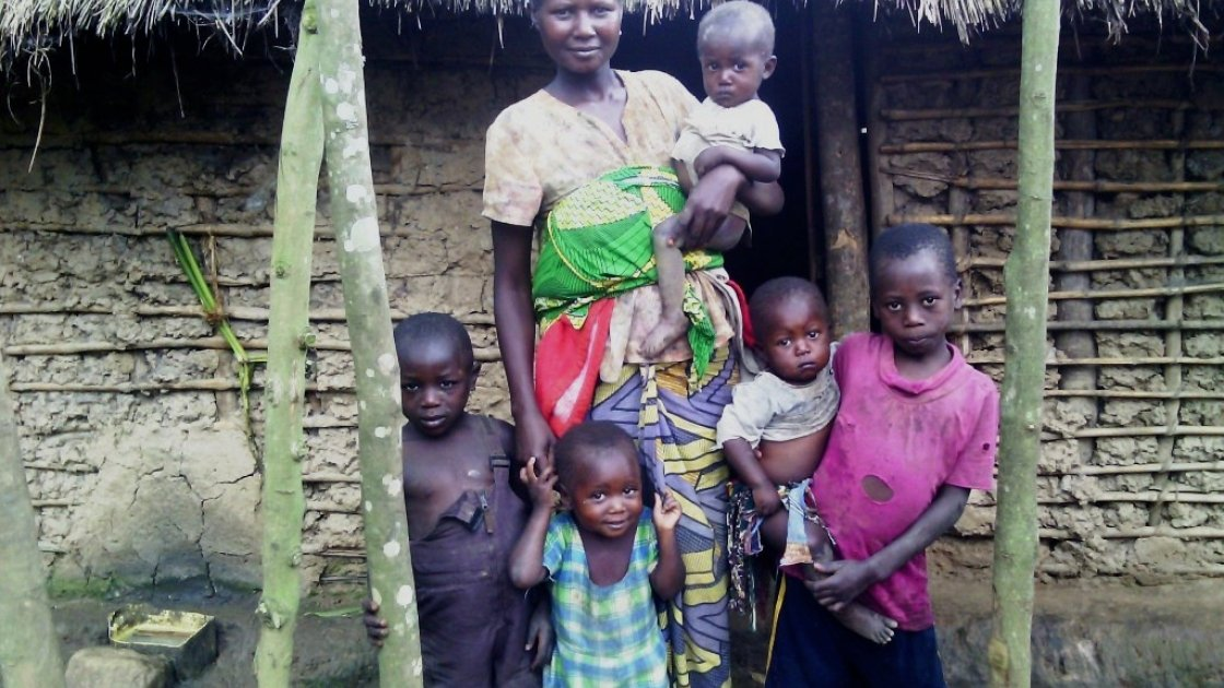 Cash transfer beneficiary Imani Mihiyo with five of her six children outside her home. Photo: Ulua Popol/Concern Worldwide.