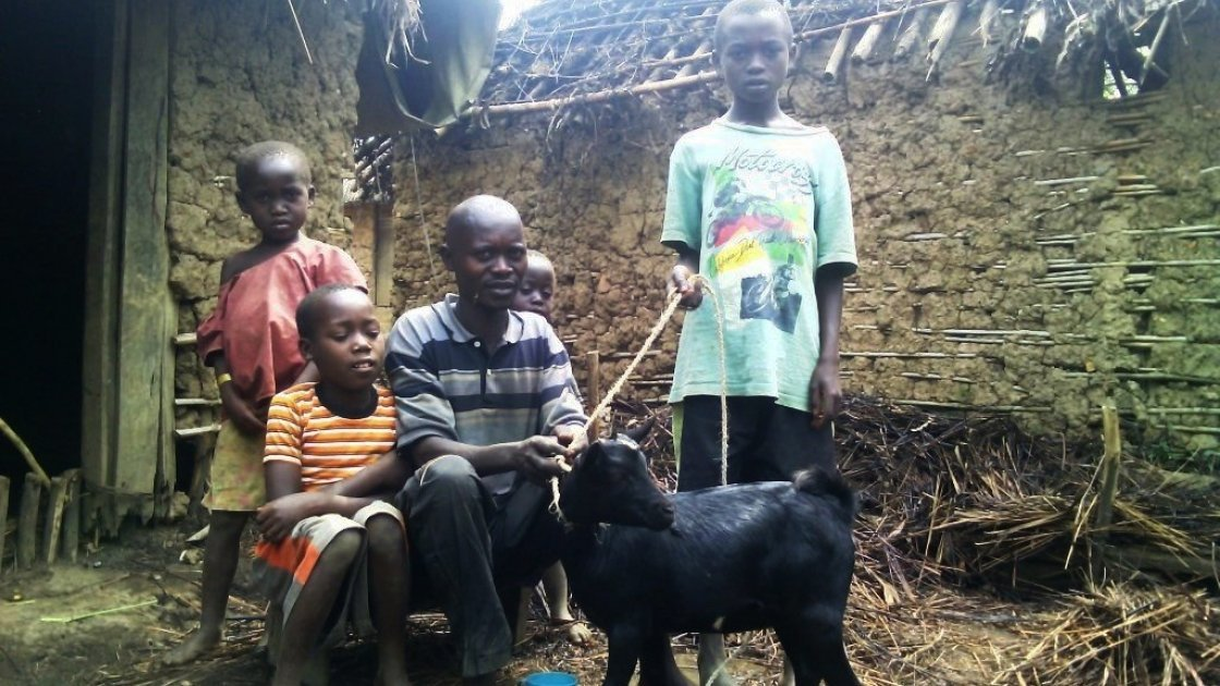 Muhindo Lubira with his children and the goat they bought. Photo: Ulua Popol/Concern Worldwide.