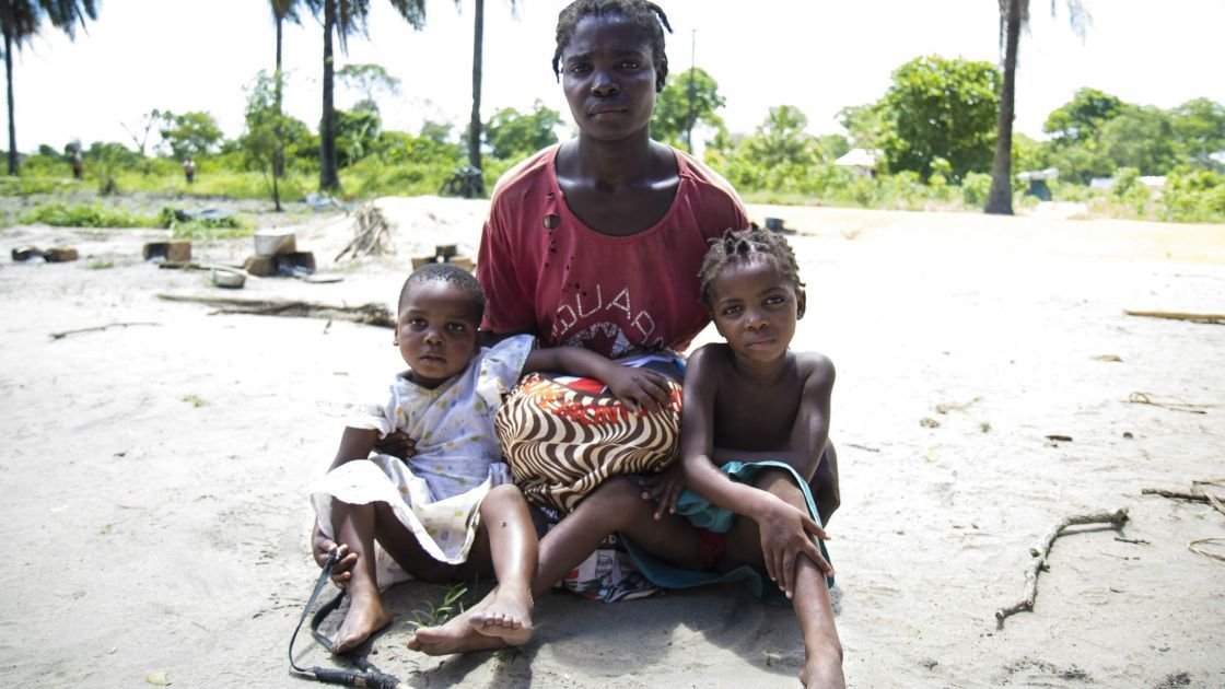 Lordes with her children after the Licungo River flood in Maganja da Costa. Photo taken by Crystal Wells/Concern Worldwide