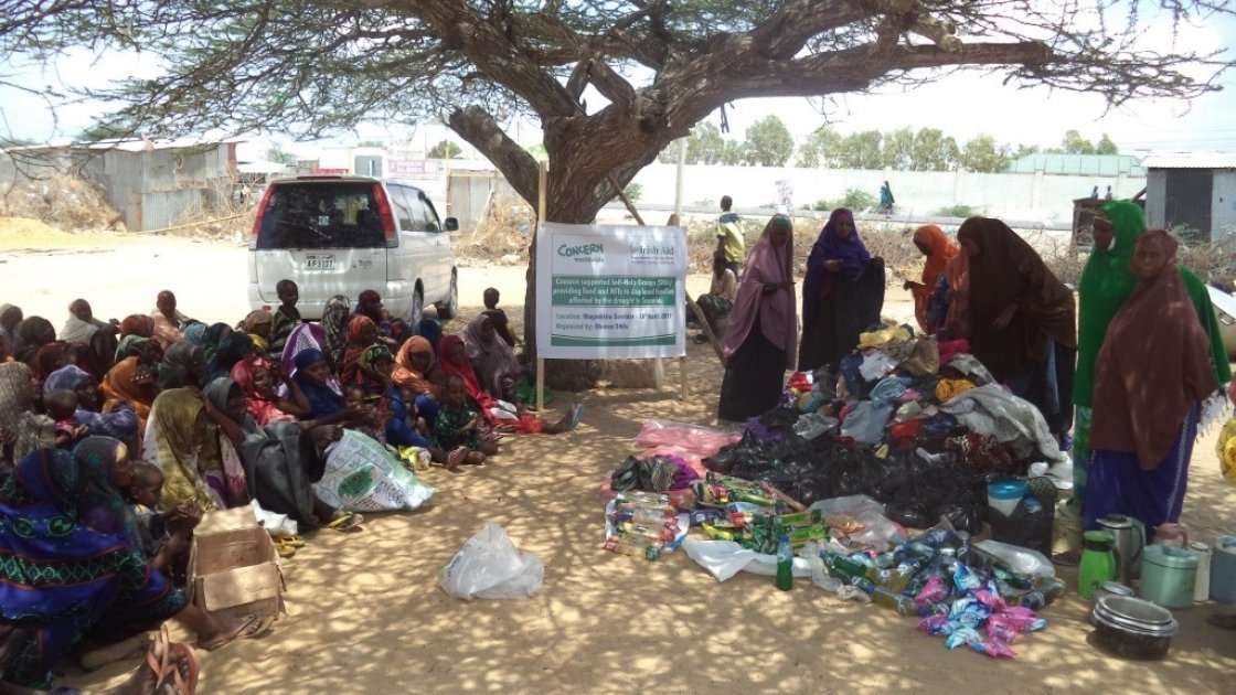 Concern supported Self Help Groups distributing food and other items to displaced families in Somalia. Photo: Concern Worldwide.