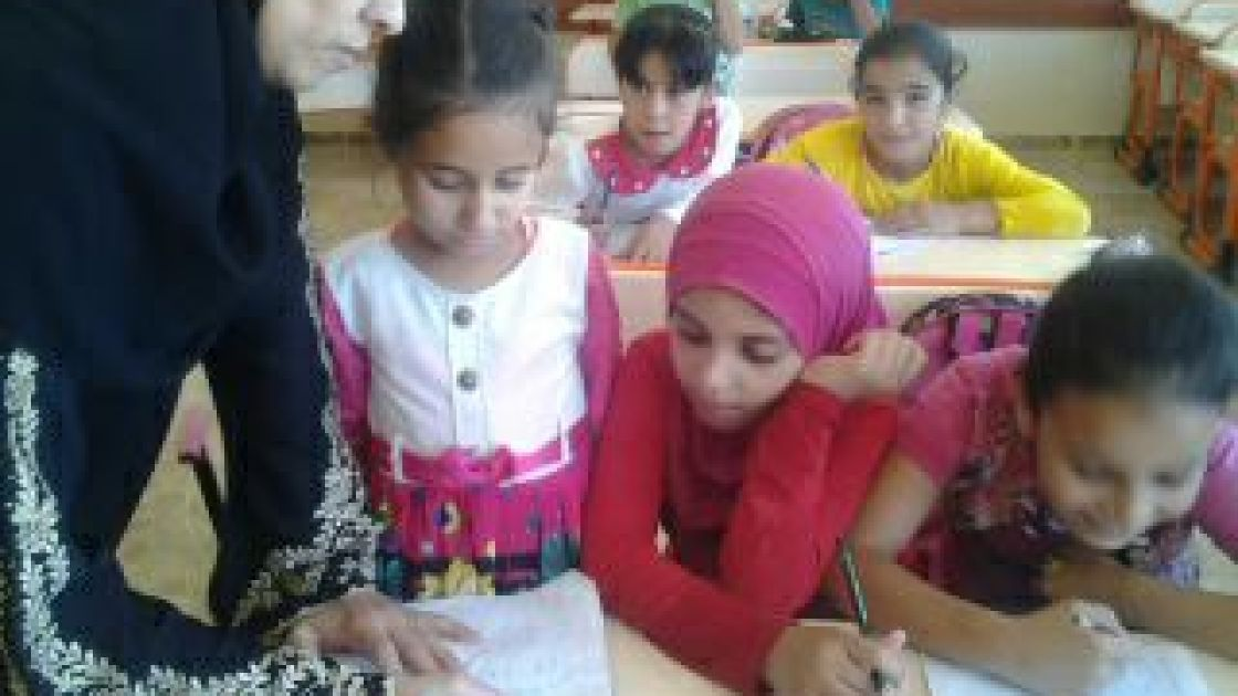 Amira teaching catch-up classes in first class maths in the TEC. Credit: Concern Worldwide, Turkey, July 2016.
