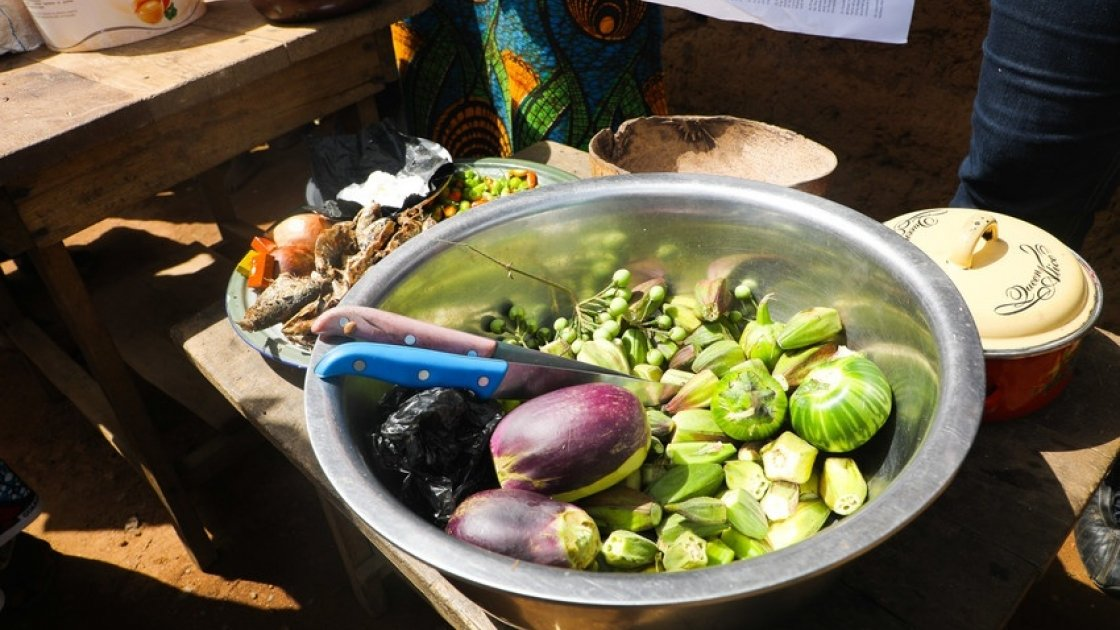 As part of the LANN programme in Sierra Leone, community cooking demonstrations take place to show programme participants how to cook without losing vital nutrients from the food. Photo: Jennifer Nolan / Concern Worldwide.