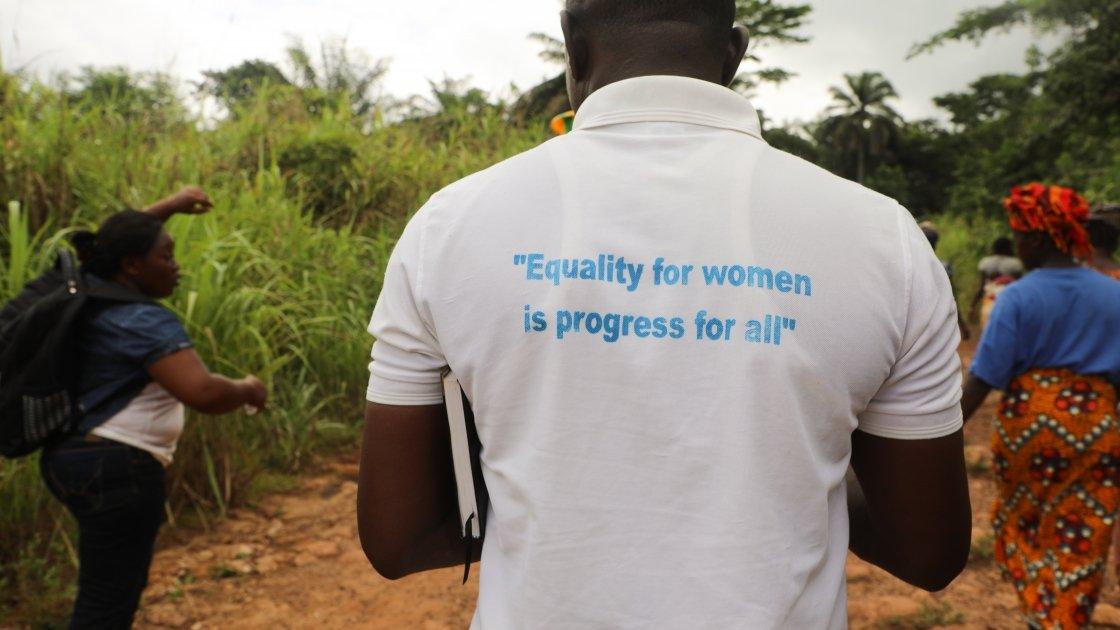 A programme staff member in Sierra Leone promoting gender equality. Photo: Jennifer Nolan / Concern Worldwide.
