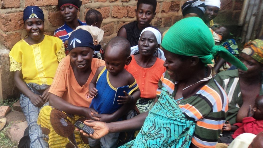 Programme beneficiaries in Mugina Commune receiving their mobile phones. Photo: Théophile Bujeje / Concern Worldwide.