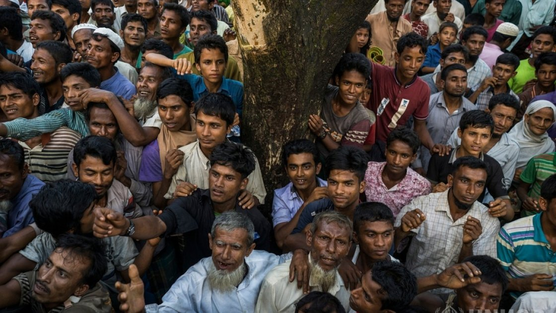 Newly arrived Rohingya refugees scramble for clothing being distributed from an aid truck in the Kutupalong Refugee Camp in Bangladesh. Photo: © UNHCR/Adam Dean.