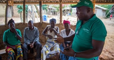 Anthony Vandy of Concern talking to community members in the village of Dokoizia in Lofa County, Liberia. Photograph taken by: Kieran McConvillle/Concern Worldwide.