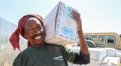 Abdi Mohamedd Mahmud unloading a truck. Photo: Jennifer Nolan / Concern Worldwide.