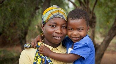 Clotilde Ndayisenga (25) with her daughter Ines Nihorimbere (5) at their home in Rugombo, Cibitoke. Photo: Abbie Trayler-Smith / Concern Worldwide