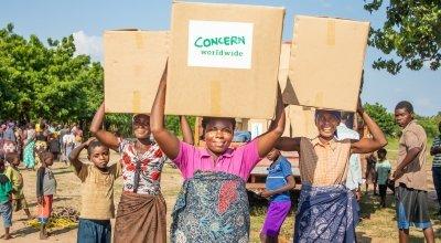 Belita Andrade brings her emergency supplies home after Cyclone Idai hit Malawi. Photo: Gavin Douglas / Concern Worldwide.