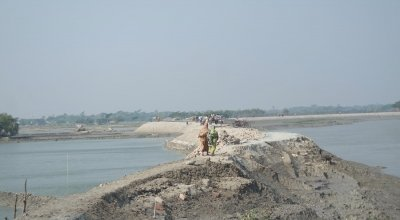 Embankment erosion is one of the main problems throughout the coastal regions of Bangladesh. Photo: Hee Young Park.